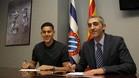 Duarte firma su contrato junto al consejero delegado, Ramon Robert