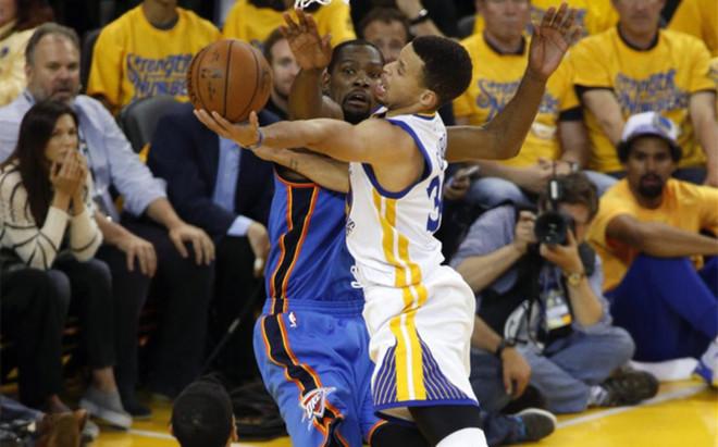Kevin Durant y Stephen Curry mantienen un interesante duelo en la final del Oeste