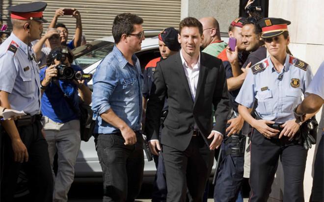 Leo Messi, acompa�ado de su hermano Rodrigo, en el momento de acudir a declarar en los juzgados de Gav�