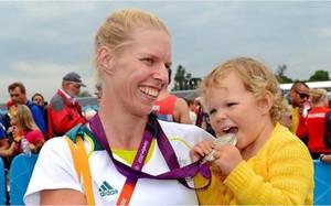 Sarah y su hija Leila, con la medalla de Londres 2012