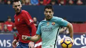 Luis Suárez abrió el marcador para el FC Barcelona en Pamplona