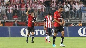 Gustavo Alustiza, de Atlas, celebra la anotación de su gol ante Chivas