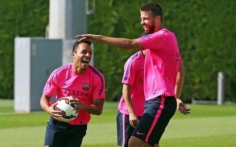 Adriano, sonriente, con sus compa�eros del Bar�a