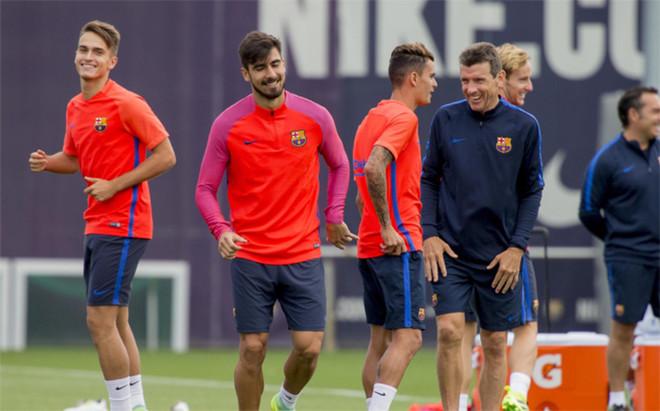 Denis Su�rez, Andr� Gomes, Nili Perdomo y Juan Carlos Unzu� en un entrenamiento del Bar�a