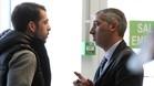 Ramon Robert charla con Víctor Sánchez ayer, durante la visita del Espanyol al hospital de Can Ruti