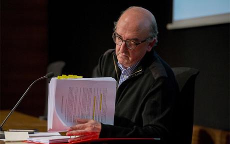 Roures repasa la documentaci�n presentada con la querella en la rueda de prensa