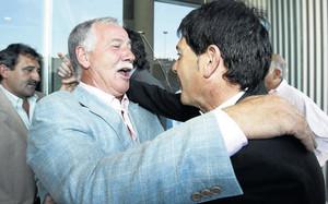 La última vez que Ramírez estuvo en Barcelona fue con ocasión del homenaje a los campeones de la Recopa 1982, en 2007. En la imagen se abraza al exjugador Estella