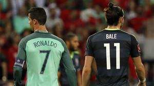 Cristiano Ronaldo y Gareth Bale durante un partido entre sus selecciones en la Eurocopa 2016