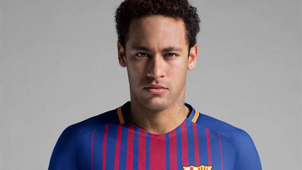 Neymar bendice la nueva equipación (ES)