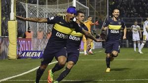 Ricardo Centurion celebra junto a Cristian Pavon y Dario Benedetto uno de los dos goles de Boca