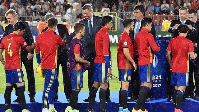 El momento en el que Héctor Bellerín recogió la medalla de subcampeón de Europa sub21
