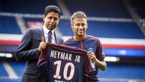 Nasser Al Khelaiffi y Neymar Junior en la presentación del brasileño como jugador del PSG