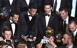 Alves, Neymar, Messi, Robert Fernández e Iniesta durante la gala de los FIFA Balón de Oro 2015