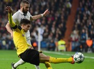 Bartra, implacable en una acción frente a Benzema