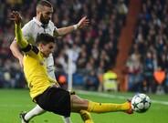 Bartra, implacable en una acción frente a Benzema