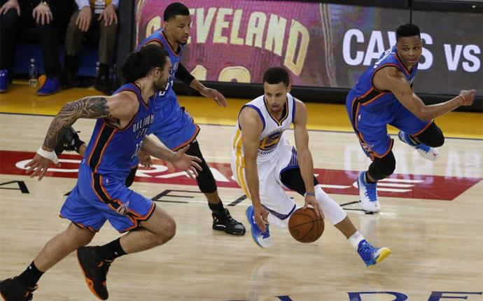 Curry mantiene vivos a los Warriors