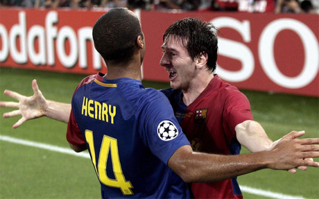 Henry y Messi, abraz�ndose en la final de Wembley