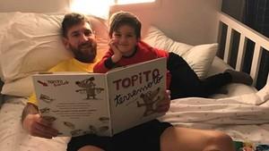 Leo Messi, estirado en la cama junto a su hijo Thiago