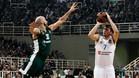 Luka Doncic lanza a canasta ante la oposición de Nick Calathes