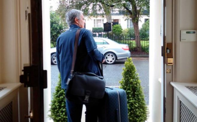 Mourinho, a la salida de su domicilio