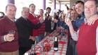Los peñistas tarraconenses brindando durante el desayuno. Con ellos, Agustí Benedito