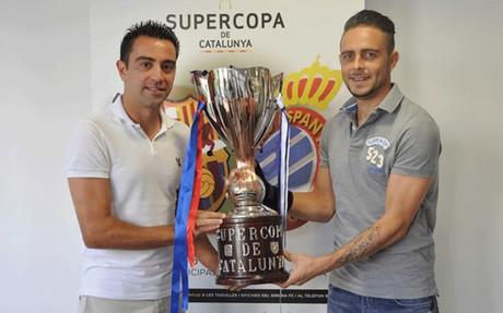 Xavi Hern�ndez y Sergio Garc�a posan con el trofeo de la Supercopa de Catalunya