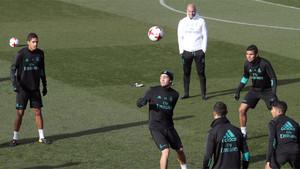 Zidane sigue el entrenamiento de sus jugadores en Valdebebas en la previa del Real Madrid-Fuenlabrada de la Copa