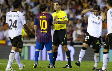 Velasco no vio dos penalties a Messi en el Valencia-Barça de Liga