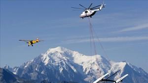 Un helicóptero de socorro con los Alpes italianos de fondo