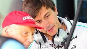 La dupla austríaca, Wolff-Lauda repasando la estrategia