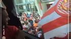 Los seguidores del Girona, animando a su equipo mientras se dirigía al estadio