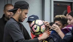 Neymar, junto a unos aficionados