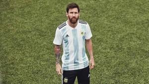 Messi vistió la nueva camiseta de Argentina