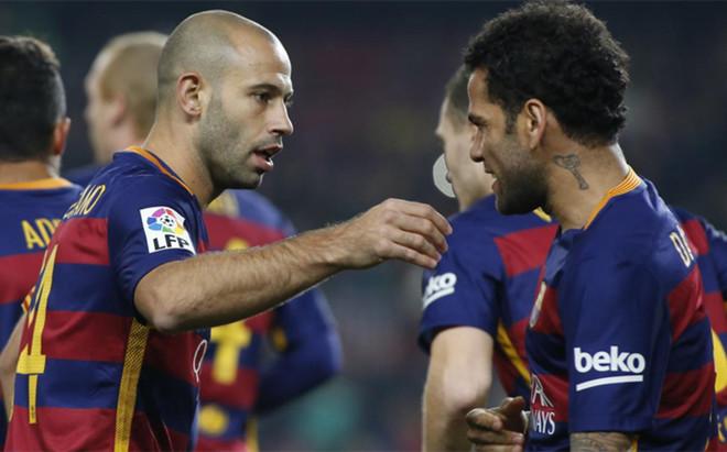 Alves abri� los brazos a su excompa�ero Mascherano