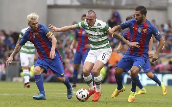 Messi y Arda Turan presionan a Brown