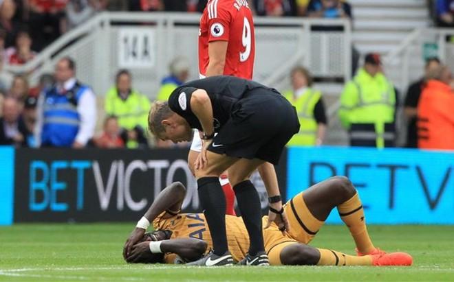 Sissoko, tendido sobre el terreno de juego tras sufrir un golpe en la cabeza