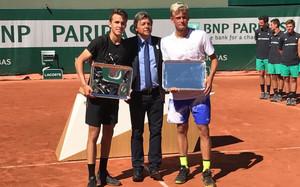 Zsomor Piros y Nicola Kuhn con su trofeo de campeones de dobles júnior