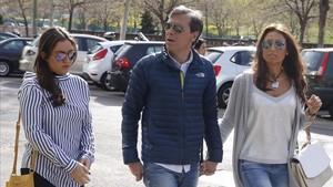 El periodista Paco González, con su mujer y su hija antes de entrar en la Audiencia Nacional el pasado 18 de abril