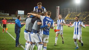 Los jugadores de la Real celebran el inesperado gol de Xabi Prieto