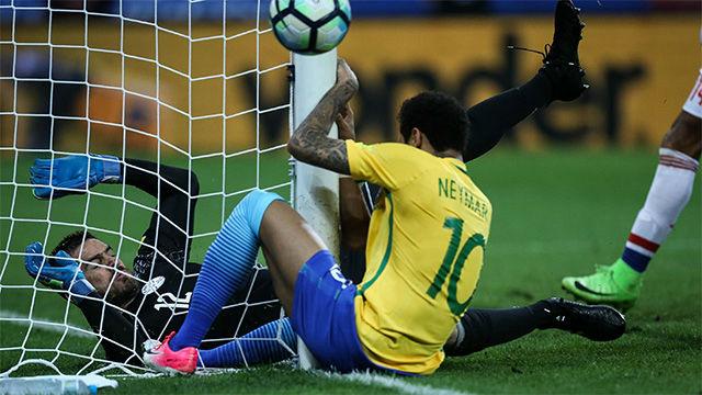 Neymar chocó contra el poste