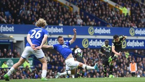 Pedro abrió el triunfo del Everton con un auténtico golazo