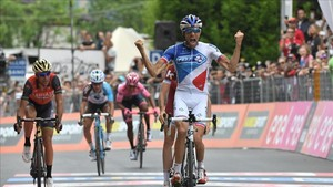 Pinot celebra el triunfo y luchará también por el Giro