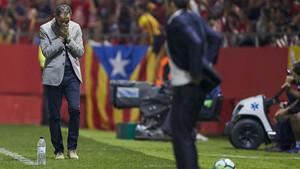 Pablo Machín, tapándose la cara con las manos, en un momento del partido de este sábado en Girona
