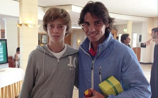 Andrey Rublev, junto a Rafa Nadal en junio de 2012