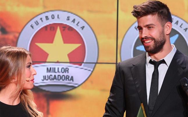 MEJOR FUTBOLISTA CATALÁN DEL AÑO 2014-15.  Gerard-pique-con-trofeo-mejor-jugador-catalan-1447104275426