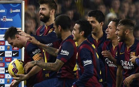 Messi, justo tras el pasillo que le realizaron sus compa�eros