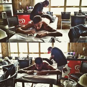 Neymar, en la camilla de tatuaje
