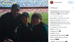 La imagen de Steven Gerrard y sus sobrinos en la grada del Camp Nou para seguir el Barça - Real Madrid en directo