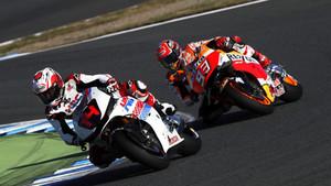 Alonso, con el 14 en la cúpula de su moto, y Márquez, en Motegi
