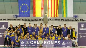 El Barceloneta posa con el título de campeón